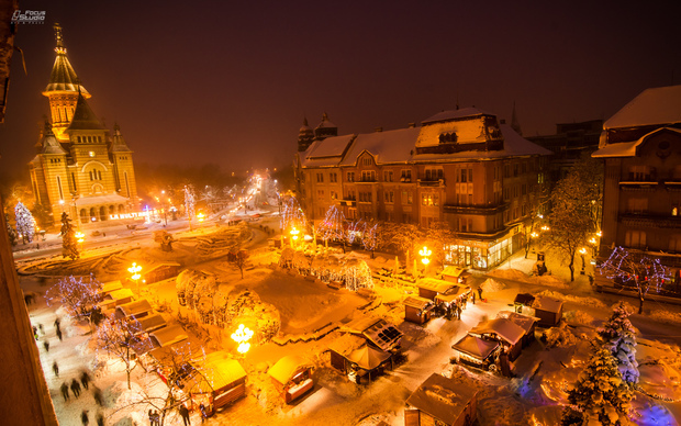 Timisoara_-_Victory_Square_at_night (1)