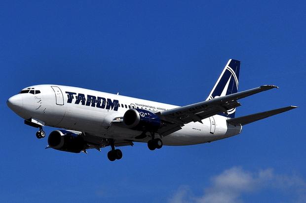 Boeing_737-300_-_Tarom_(YR-BGD) (1)