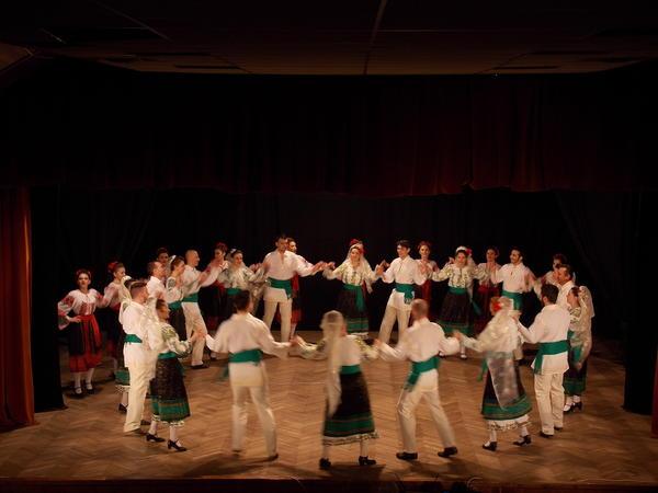 spectacol-folcloric-cu-dansuri-si-cantece-din-zona-prahovei-i